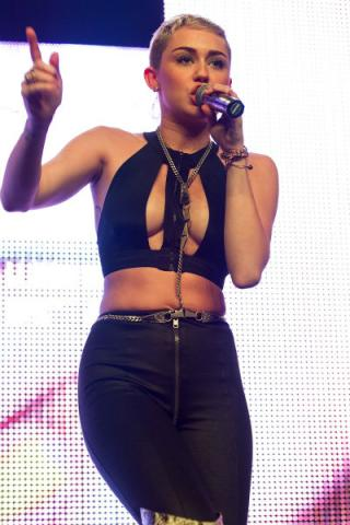 miley-cyrus-cut-out-top-black-pants-performing