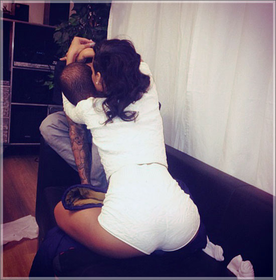 Rihanna kissing Chris Brown